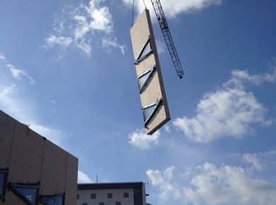 architectesassoc. - Een prefab gevelpaneel wordt gemonteerd Photo©Sabine Leribaux